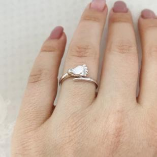 "Золотое кольцо ""Ножка младенца"" из белого золота фото"