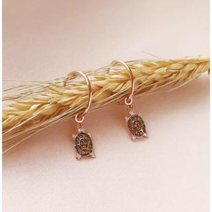 Золотые серьги кольца с подвеской черепашки фото